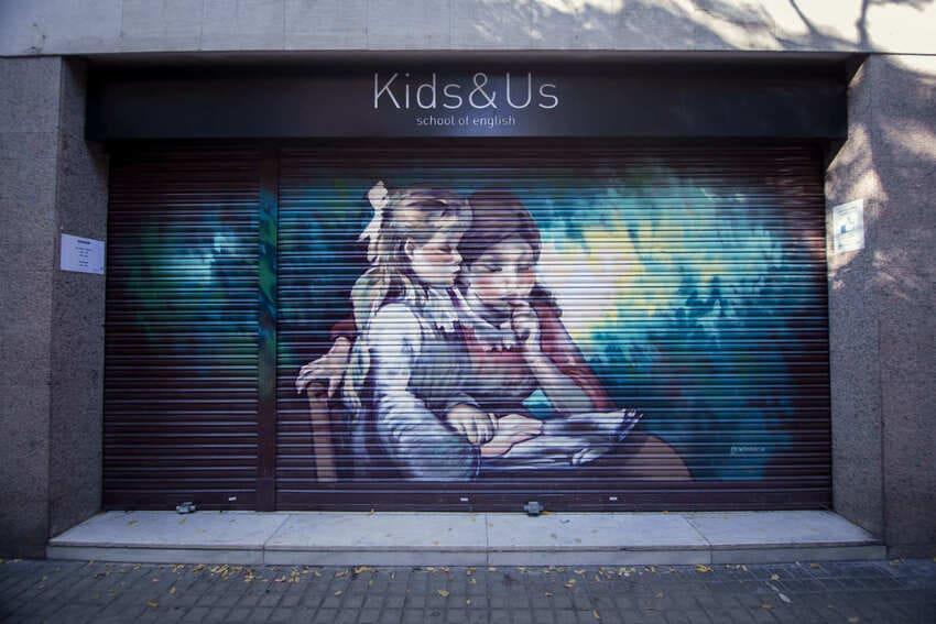 Persianas pintadas con graffiti de comercios en Barcelona