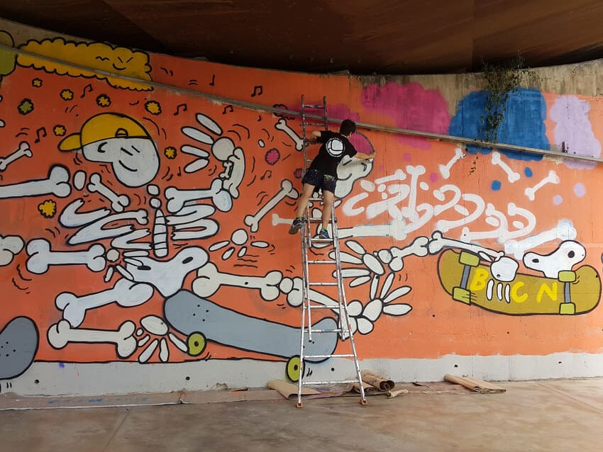 Kamil Escruela pintando en las Corts