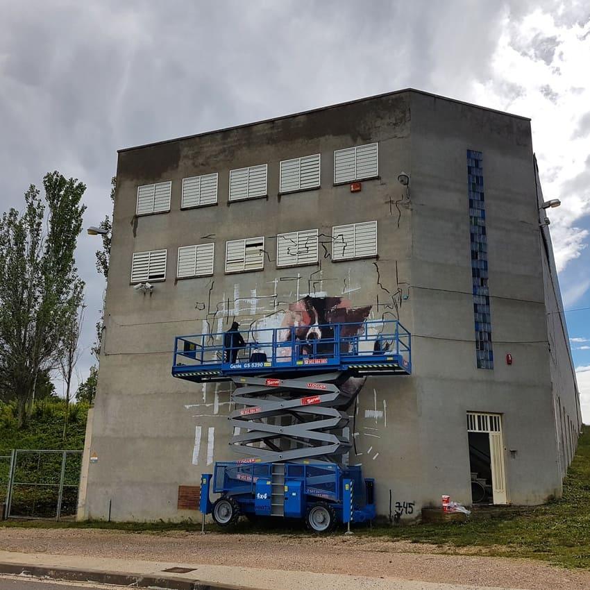 Brad Robson pintando en igualada su mural de arte urbano