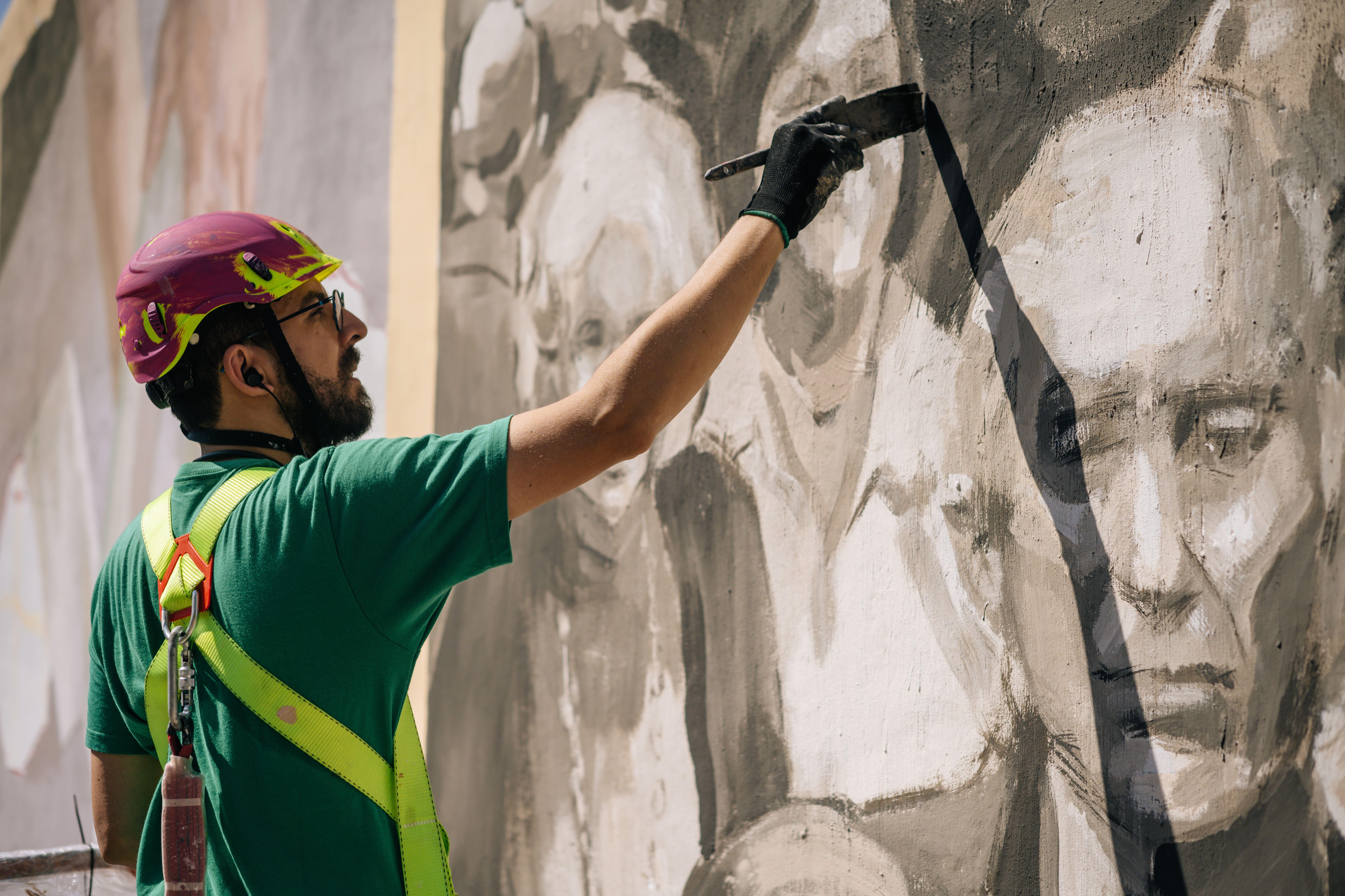 Miquel Wert haciendo detalles en un mural de gran formato