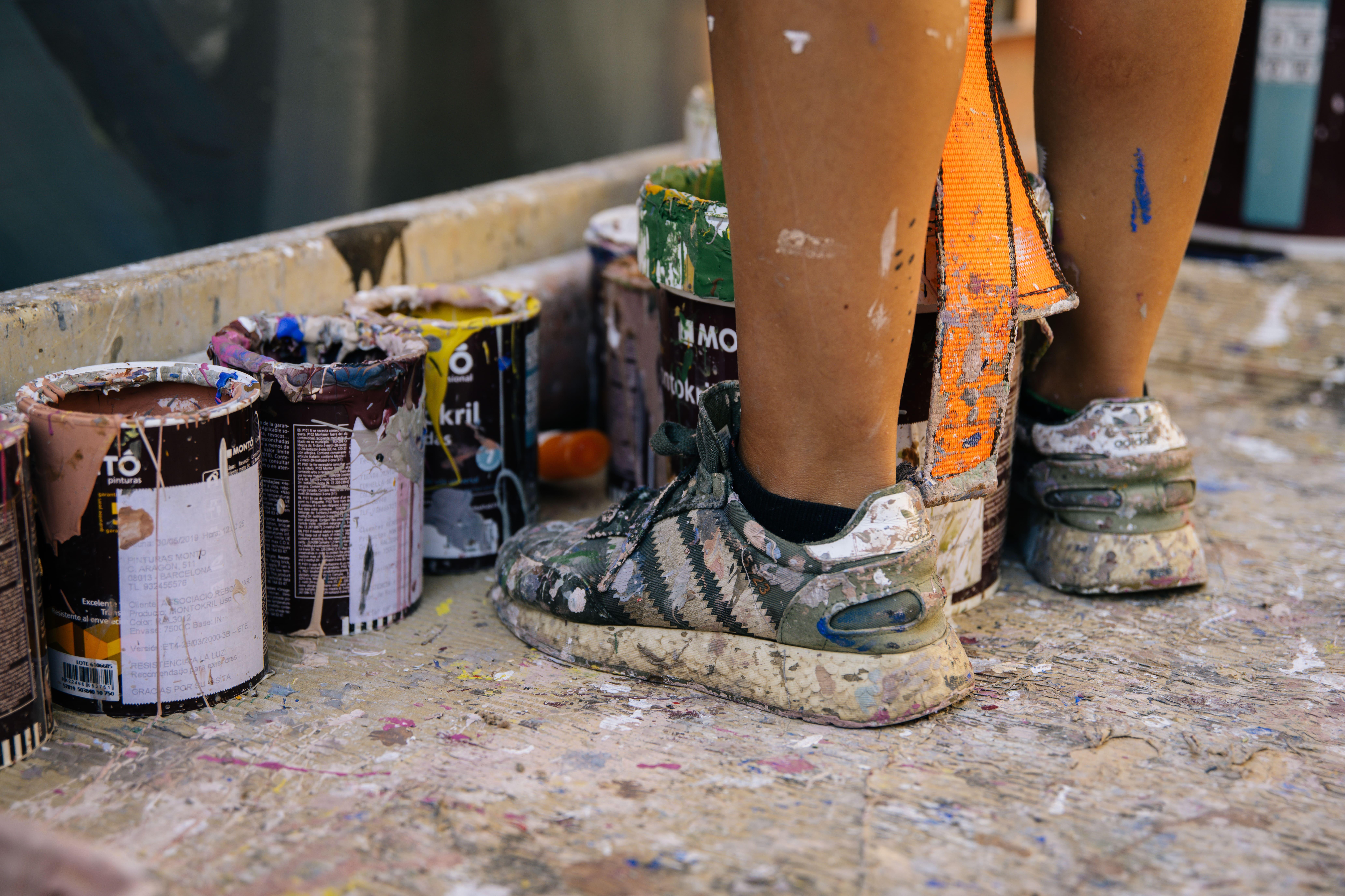 detalle de pies y pintura mural