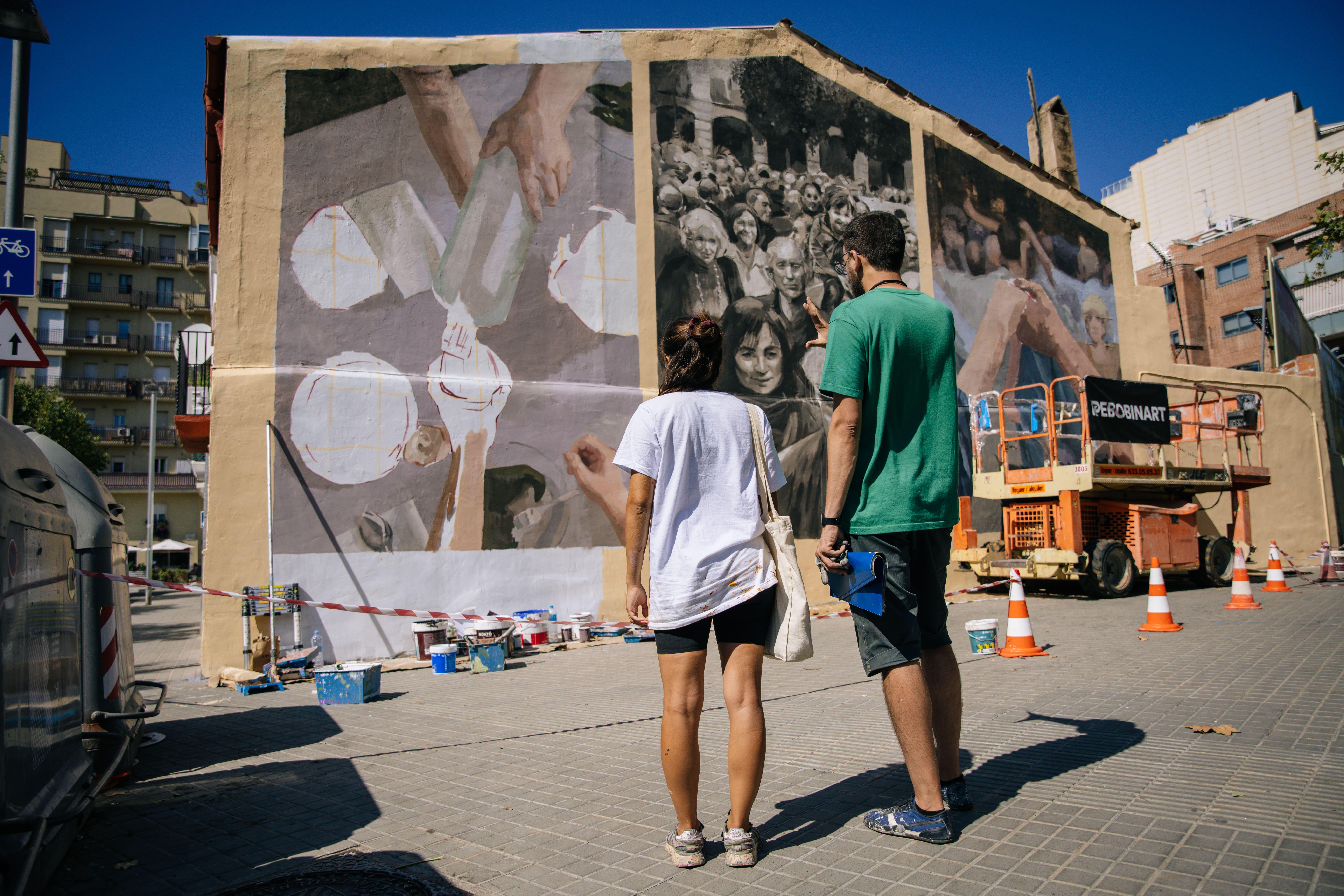 dos artistas mirando mural en Barcelona