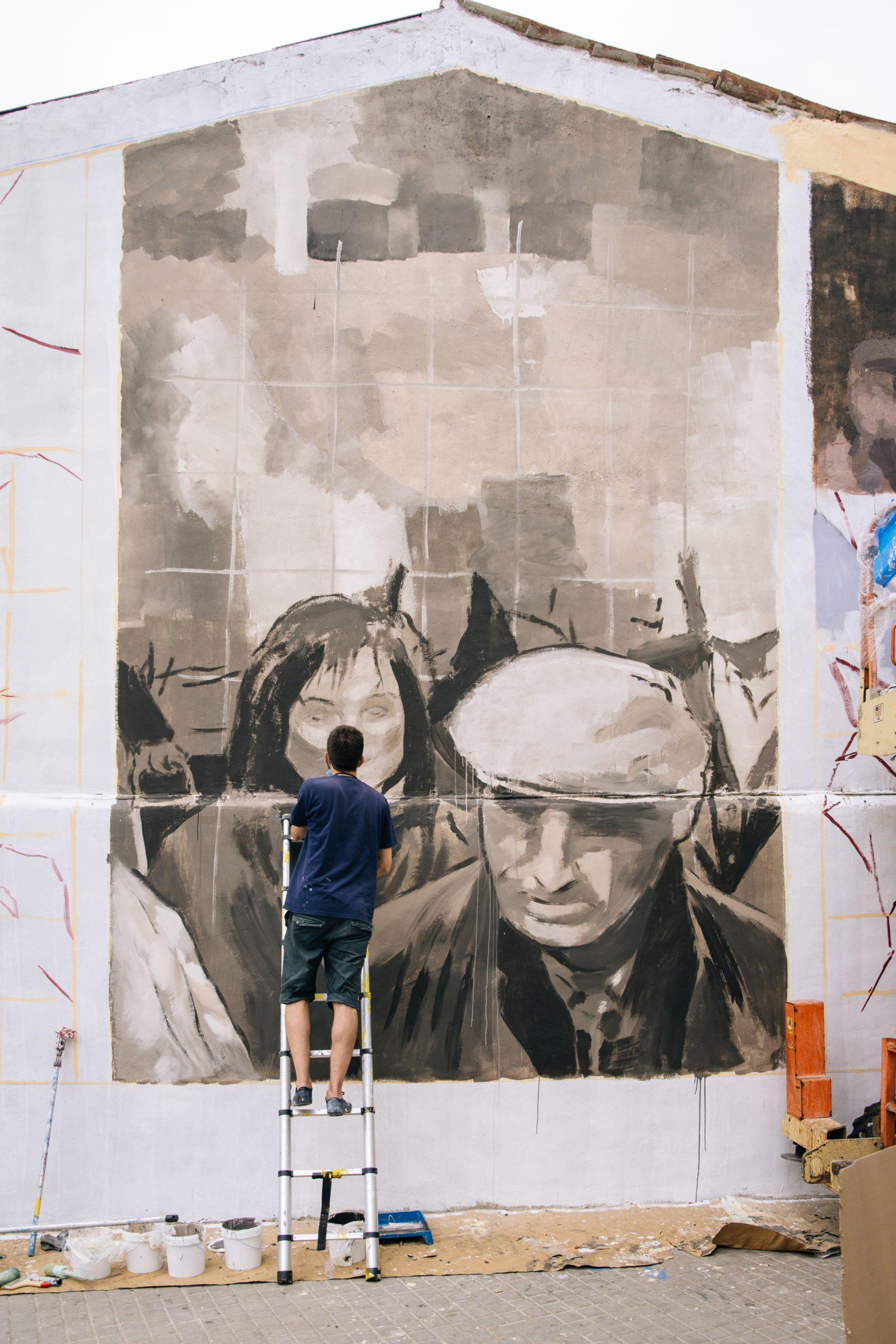Miquel Wert pintant un mural a Barcelona